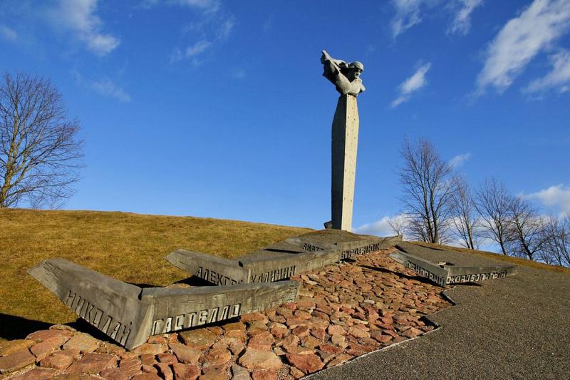Памятник экипажу Н. Гастелло на месте гибели бомбардировщика