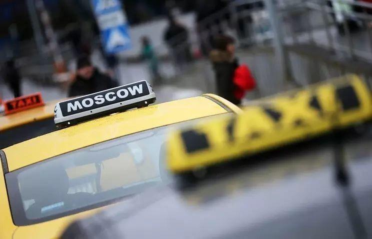 Таксист в Москве потребовал с пассажирки 14 тысяч за получасовую поездку
