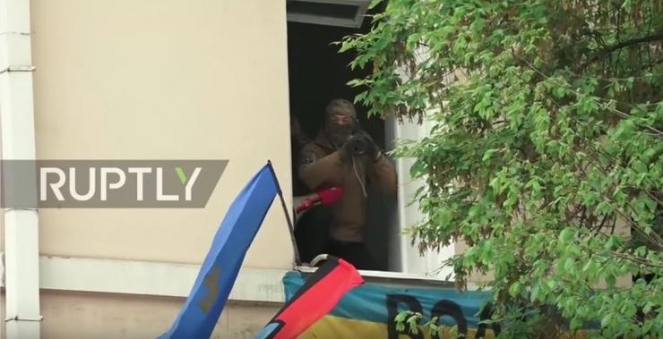 Целится в киевлян из гранатомёта - это нормально?