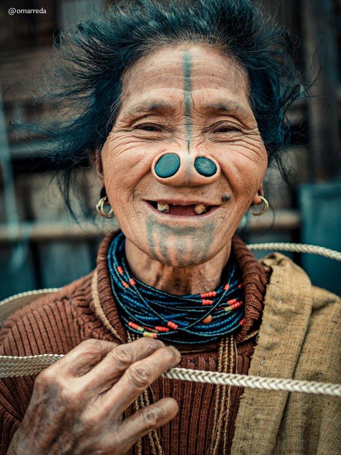 Веселый дух последних представительниц племени апатани с пробками в носу