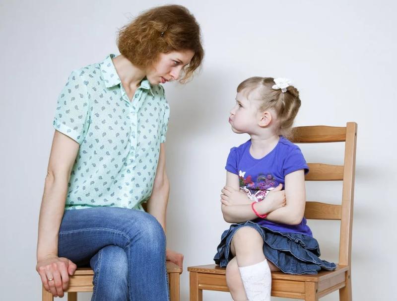 Мать объясняет дочке, что взрослый сильнее ребенка. И может сделать ему больно...