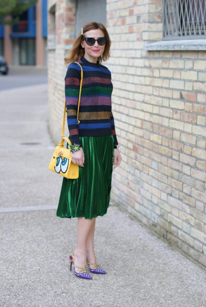 Зеленая юбка со свитером в крупную полоску