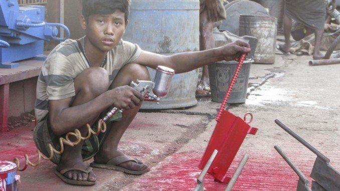 3. Промышленная зона в городе Янгон. Она представляет собой металлообрабатывающие мастерские, склады, заводы - везде трудятся дети Жуткие снимки, Трогает до слёз, дети, детский труд, рабство