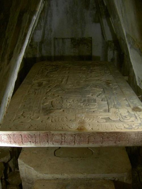 На полу гробницы находилась одна цельная плита, которая полностью закрывала площадь комнаты. На фото: плита саркофага из Храма Надписей в Паленке.