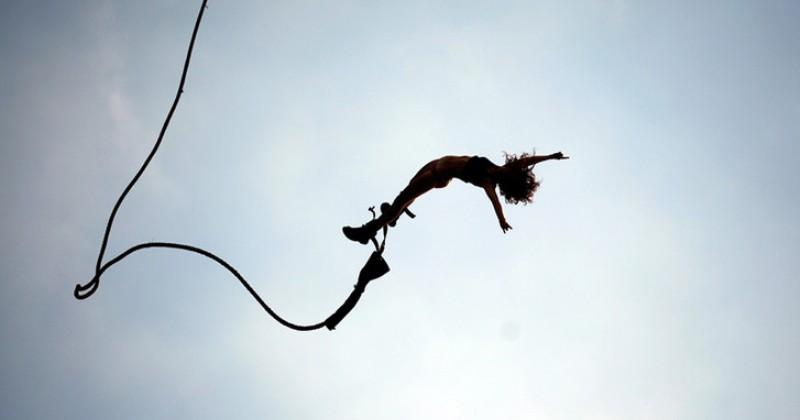 Девушка ежедневно прыгает с 300-метровой скалы, чтобы накормить коллег