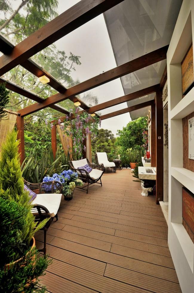 Декорирование узкой террасы с поликарбонатным навесом садовыми растениями