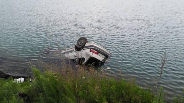 В поселке Магнитка утонул автомобиль, есть жертвы