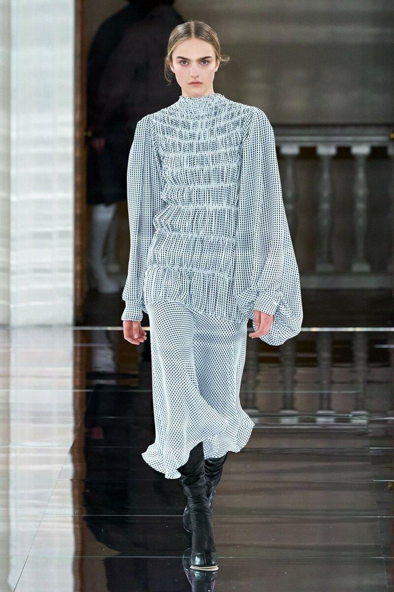 Черно-белое платье со сборками. /Фото: vogue.ua