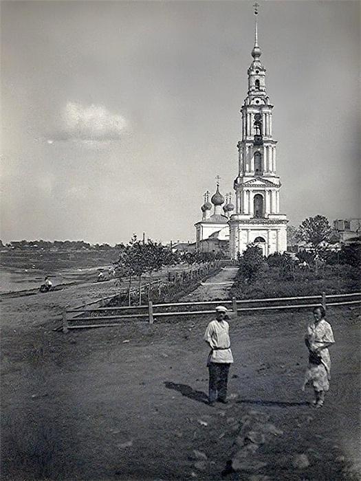 Колокольня старинного Никольского собора на берегу Волги