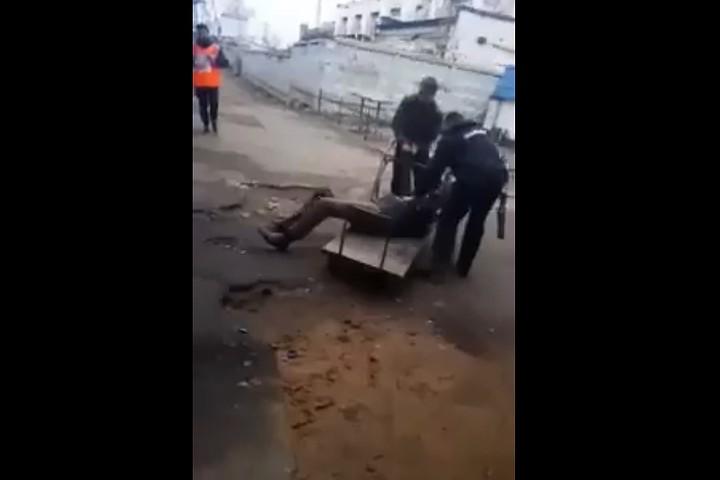 В Подмосковье пенсионера, торговавшего на улице, увезли в полицию на тележке