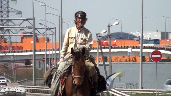 Китаец отправился в путешествие на лошади по городам ЧМ-2018