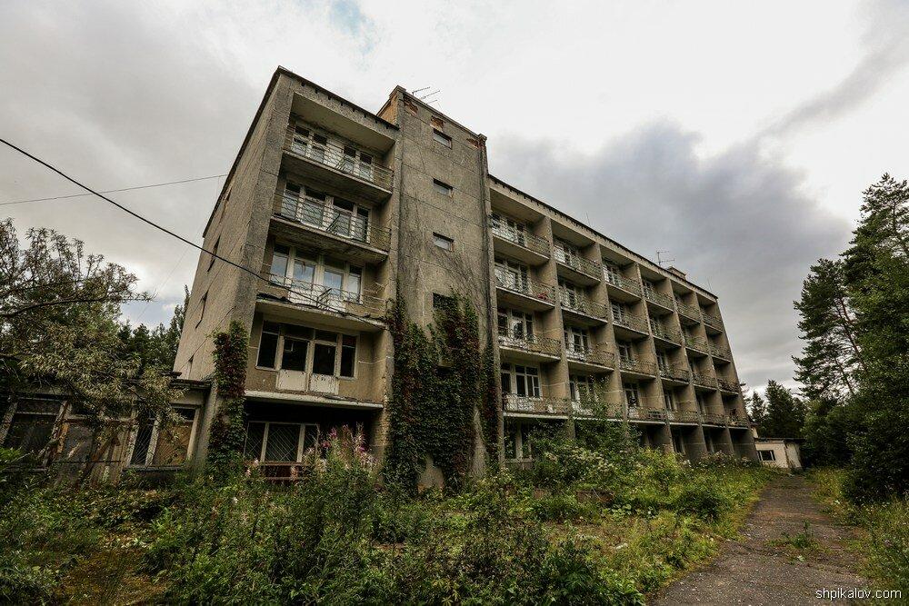 Санаторий Ивана Сусанина стоит брошенный в Костромском лесу