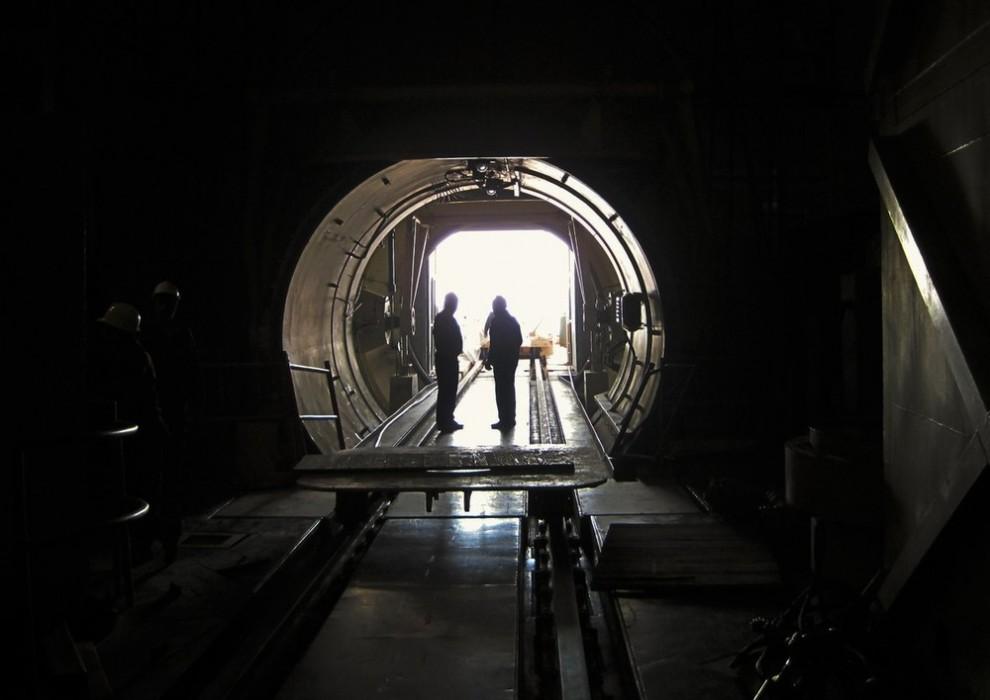 2) Люди работают на атомной электростанции в Бушире приблизительно в 1215 км к югу от Тегерана 30 ноября 2009 года. (REUTERS/Vladimir Soldatkin (IRAN POLITICS ENERGY))