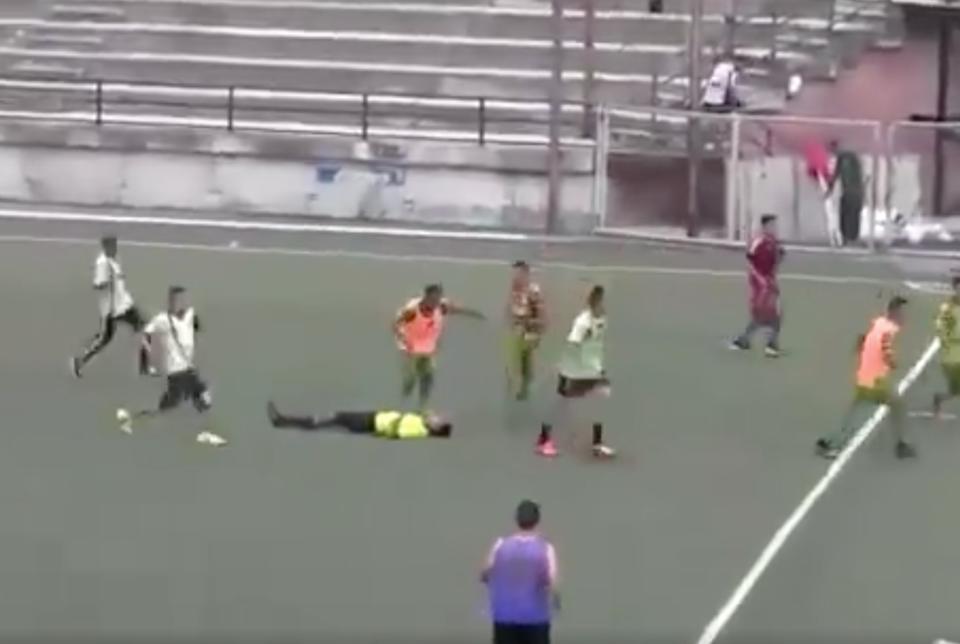 Видео: футболисты избили арб…