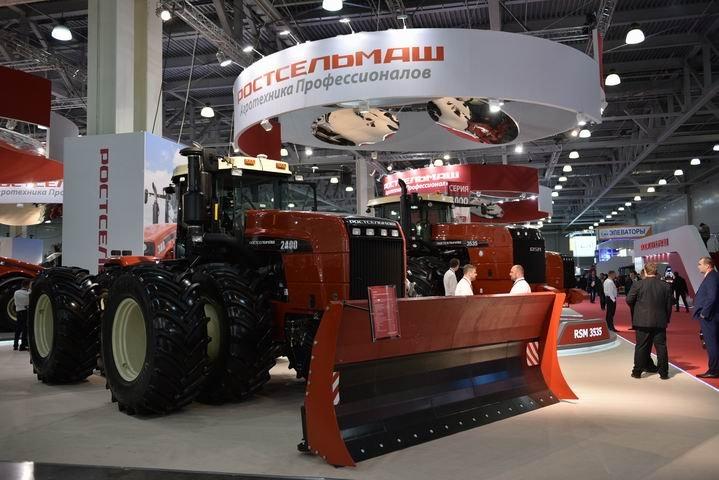 Шарнирно-сочлененный трактор RSM 2400: в РФ представили новейшую машину