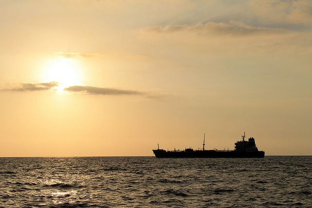 Танкер с российским газом для США развернулся посреди Атлантики