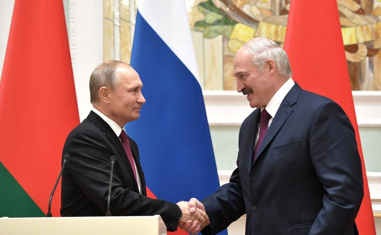 Лукашенко просит Путина принять Беларусь в состав РФ?