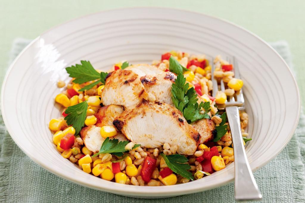 Салат с грудкой и кукурузой: подбор ингредиентов и рецепты приготовления