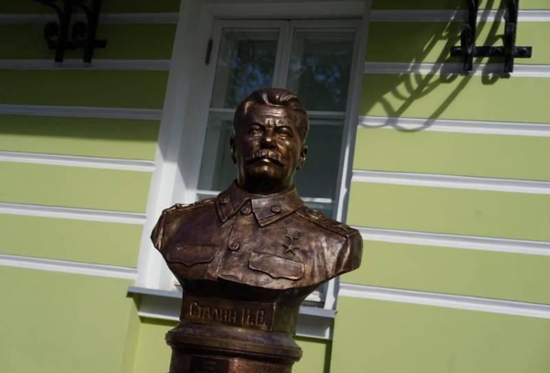 В Москве открыты бюсты Ленину и Сталину