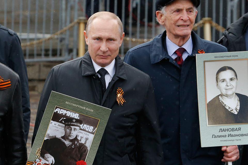Путин принял участие в шествии «Бессмертного полка» по Красной площади