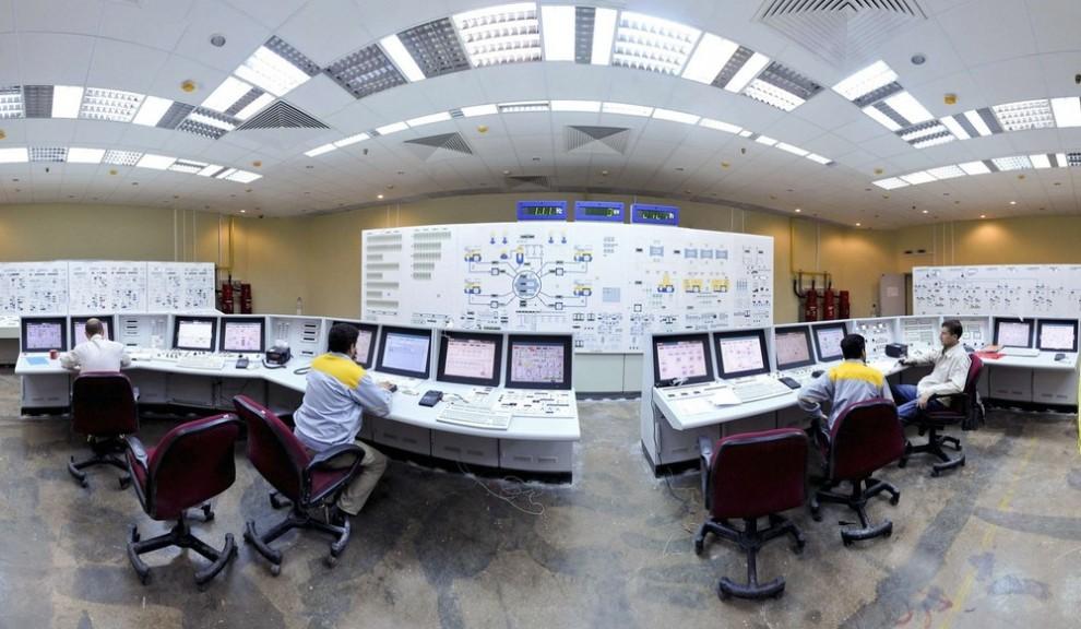 9) Русские (слева и справа) и иранские операторы управляют АЭС в Бушире примерно в 1215 км к югу от Тегерана 30 ноября 2009 года. (REUTERS/ISNA/Mehdi Ghasemi (IRAN POLITICS ENERGY))