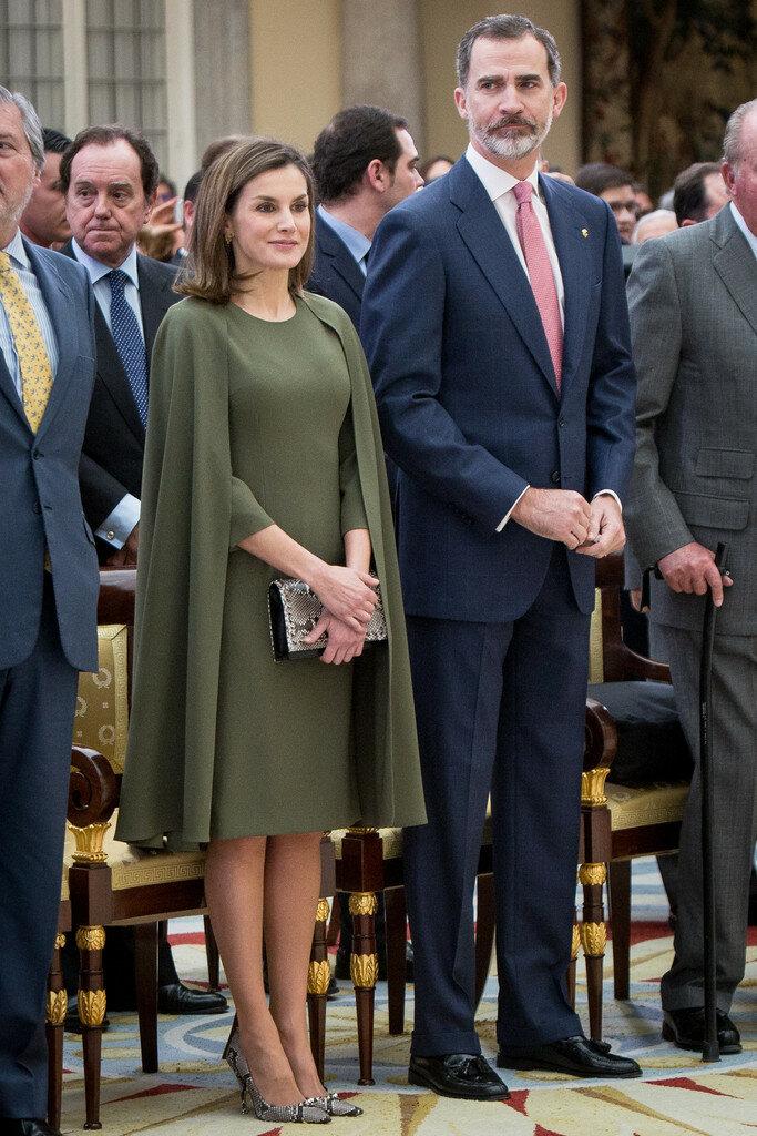Королева Испании в платье-кейпе. /Фото: pictures.stylebistro.com