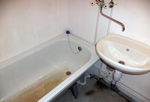 Чугунная ванна с налетом ржавчины