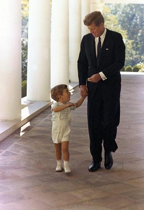 Джон Кеннеди со своим сыном.