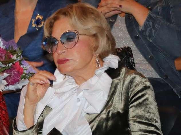 77-летняя Максакова вышла в свет в бархатном наряде и на шпильках