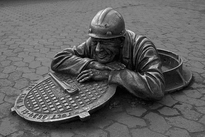 Почему нельзя наступать на люки и другие странные суеверия в СССР