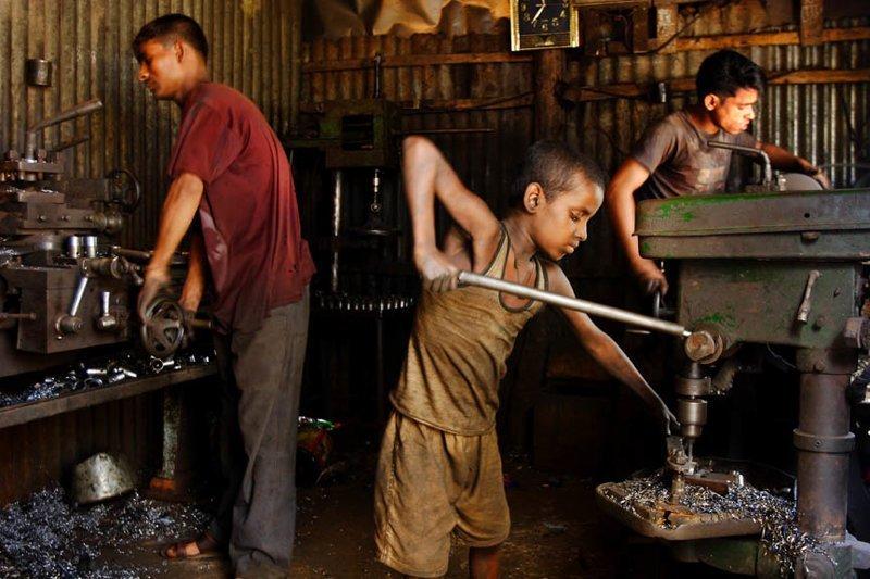 """1. Документальный фотограф GMB Akash из Бангладеша создал серию снимков о тяжелом детском труде под названием """"Ангелы в аду"""" Жуткие снимки, Трогает до слёз, дети, детский труд, рабство"""