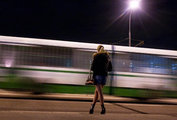 Решила по молодости подзаработать денег побыстрому, встала у вокзала, жду