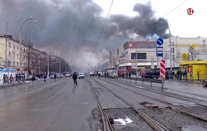 """""""Ребенка тащил перед собой"""": очевидцы рассказали о пожаре в Кемерове"""
