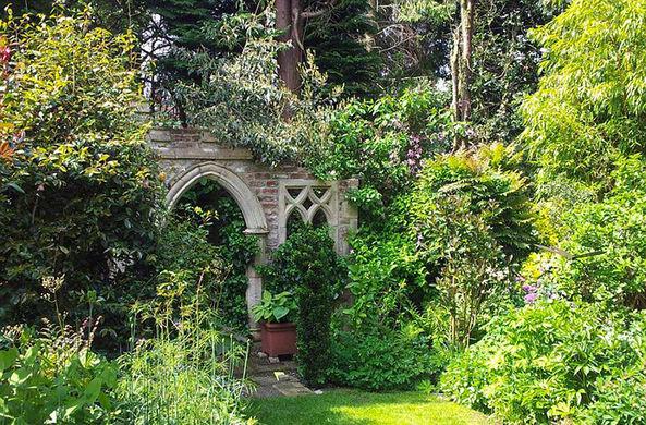 Семейная пара за 28 лет и £27 000 превратила свой двор в волшебный сад