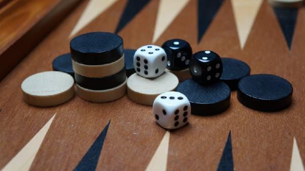 Игра в нарды продлила срок осужденному в Петербурге
