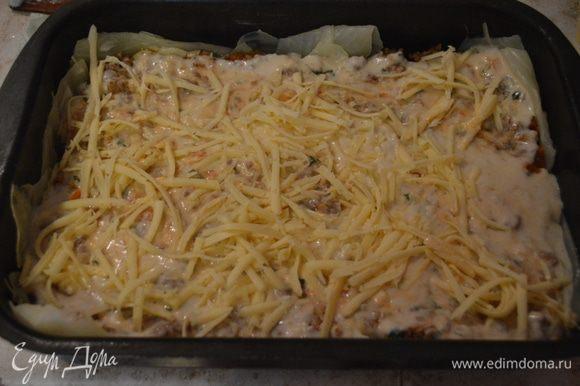 Сверху фарш поливаем соусом и трем половину сыра.