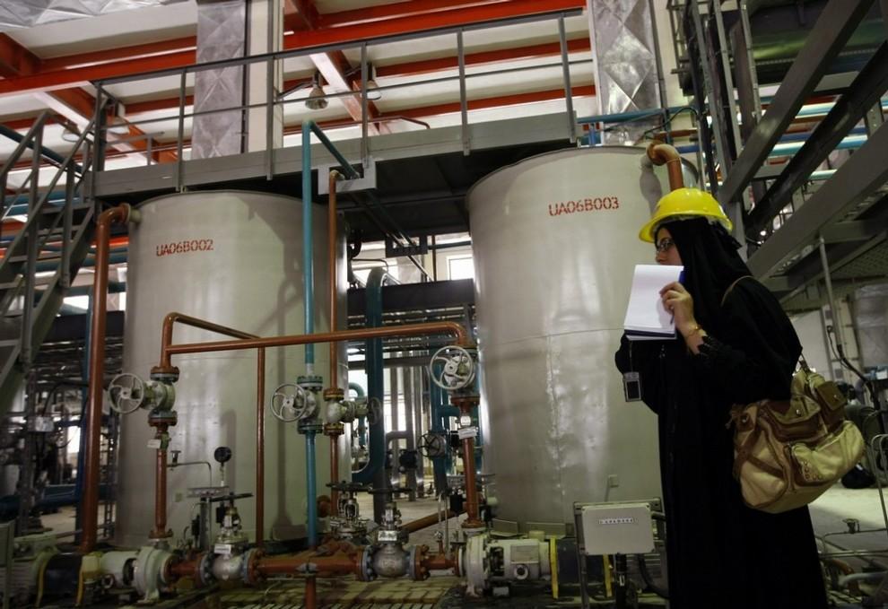 5) Иранский журналист делает репортаж о водоочистительном отделении АЭС в Иранском портовом городе Бушир в 1200 км к югу от Тегерана 25 февраля 2009 года. Строительство первой АЭС Ирана, которая проходила испытание 25 февраля после того, как Россия завершила строительство, откладывали более 30 лет. AFP PHOTO/BEHROUZ MEHRI (Photo credit should read BEHROUZ MEHRI/AFP/Getty Images)