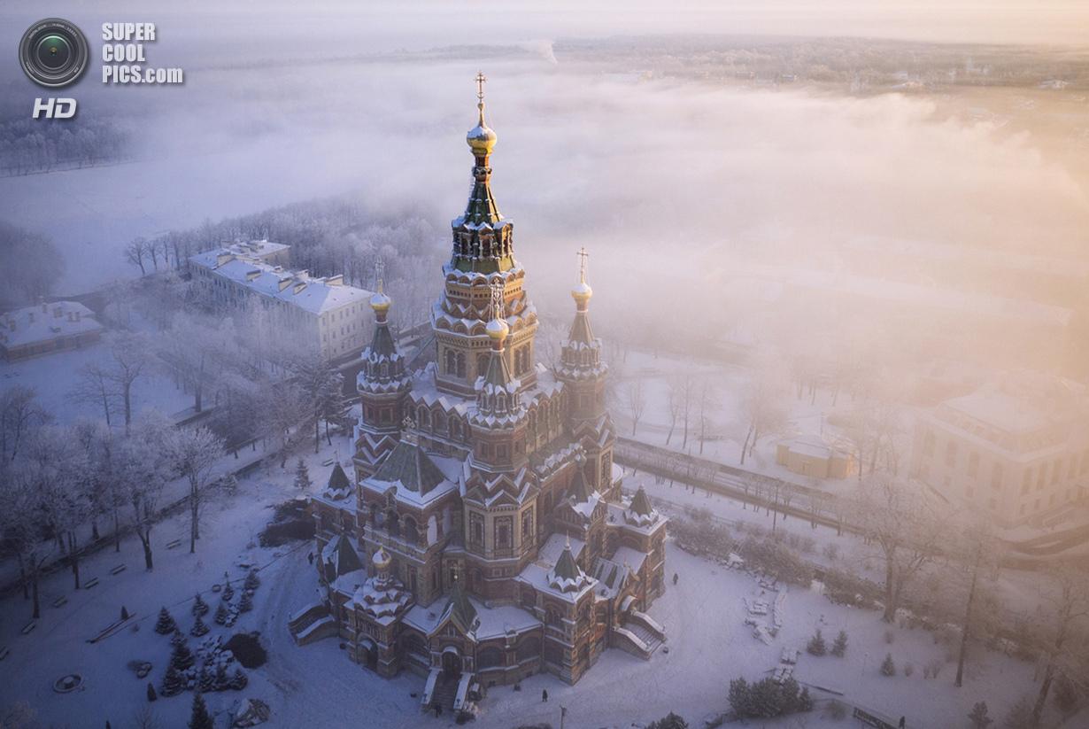 Собор Петра и Павла в зимнем тумане. (Amos Chapple/Rex Features)