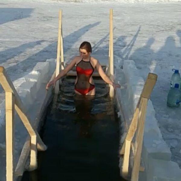 Девушки на крещенских купаниях (22 фото)