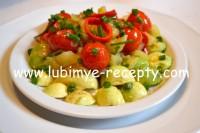Тёплый овощной салат с авокадо, помидорами, перцем и оливками