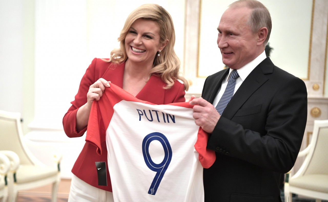 Президент Хорватии подарила Владимиру Путину футболку сборной своей страны