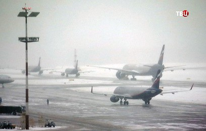 Десятки рейсов из-за непогоды отменили в аэропортах Москвы и Петербурга