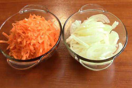 Полукольцами нарезать лук, морковь натереть на крупной тёрке