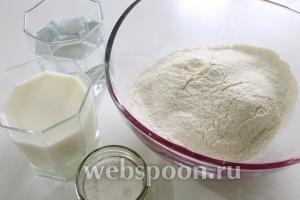 В миску просеять муку, добавить добрую щепотку соли. Постепенно подливая жидкость, замесить мягкое, эластичное, не прилипающее к рукам тесто.