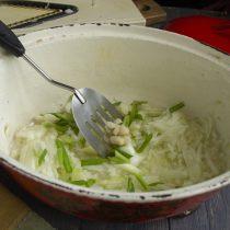 Обжариваем репчатый и зелёный лук, а также измельченный чеснок