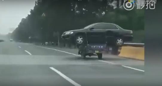 Китайца оштрафовали за перевозку автомобиля на... мотоцикле!