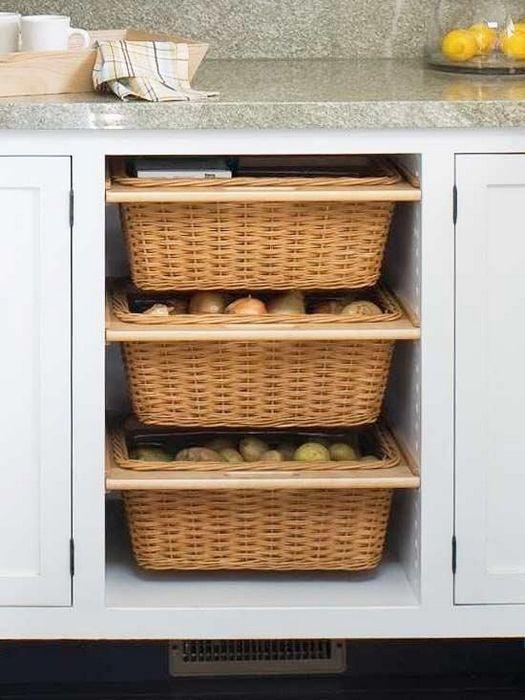 Хранение овощей в плетёных корзинках.