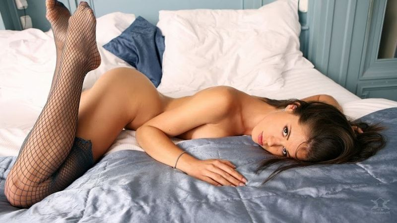 на кровати фото эротика