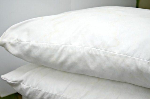 Подушки следует чистить не реже одного раза в три месяца.