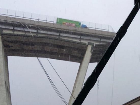 В Италии обрушился мост с машинами